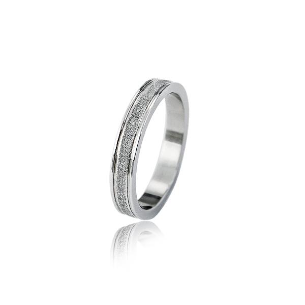 Obrączka w kolorze srebrnym z diamentowanym paskiem